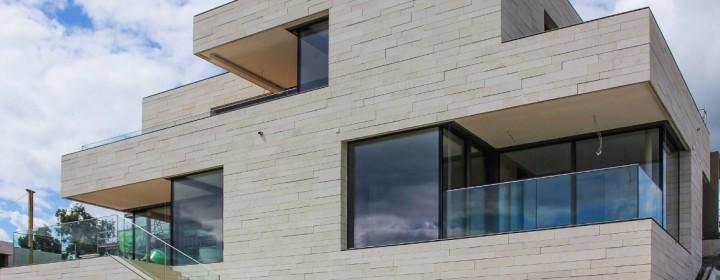 Отделка фасада дома искусственным камнем. Материалы, технология