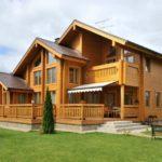 Строительство домов из бруса и бревна: преимущества и недостатки